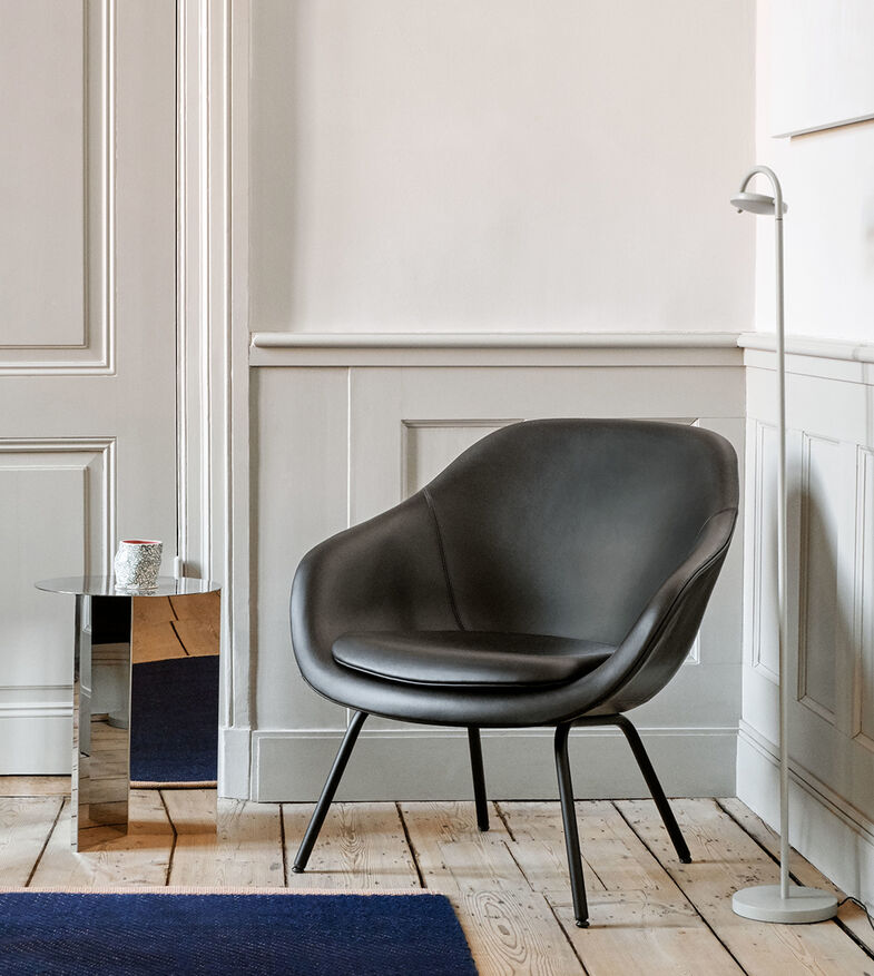 HAY Lounge-Sessel 'About A Loung Chair' AAL 87 in schwarz, Stehleuchte 'Marselis' - HAY Bremen
